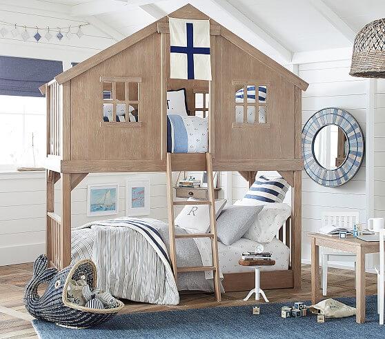 Beliche com cama de casinha e decoração marinha