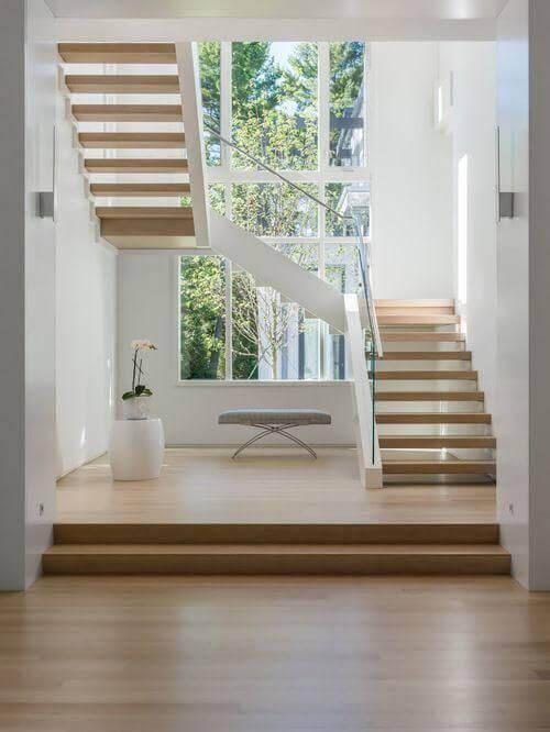 Carpete de madeira com escada de vidro