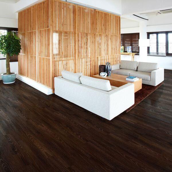 Carpete de madeira escura para sala moderna