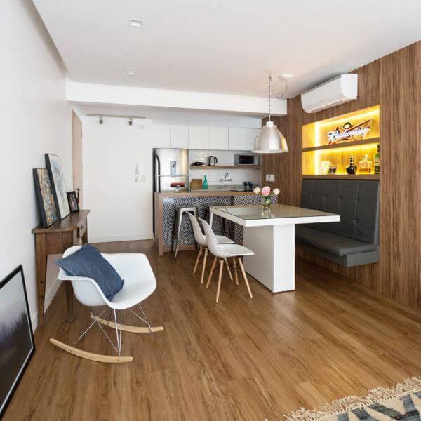 Carpete de madeira na sala de jantar integrada