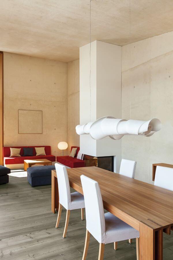 Sala de jantar com carpete de madeira