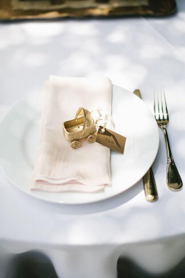carrinho de bebê dourado para decoração de chá de fralda  Foto Pinterest