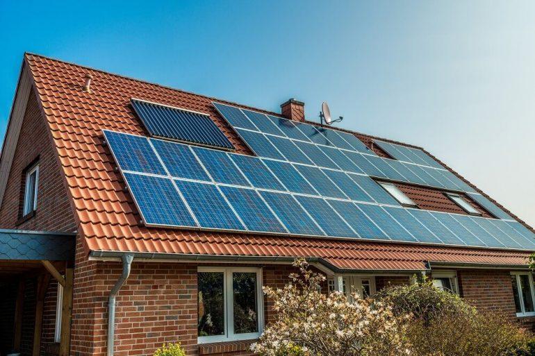 casa com painéis solares