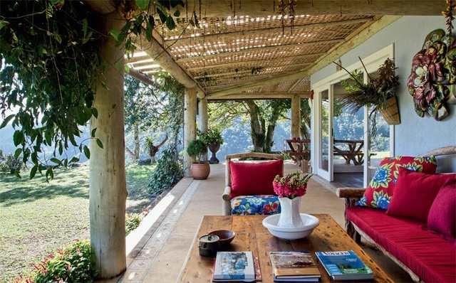 Casa de campo com varanda de madeira e móveis rústicos