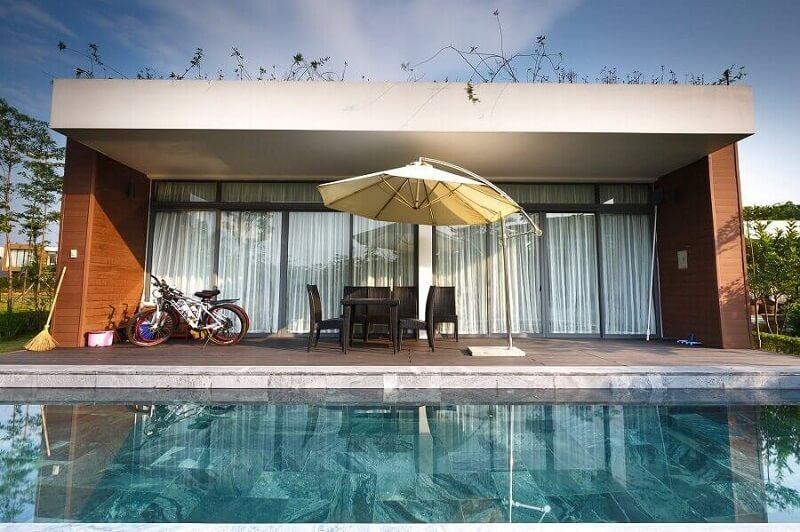 casa moderna com paredes de vidro e madeira