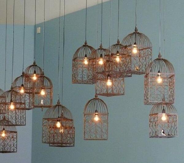 Diversas gaiolas decorativas utilizadas como luminárias