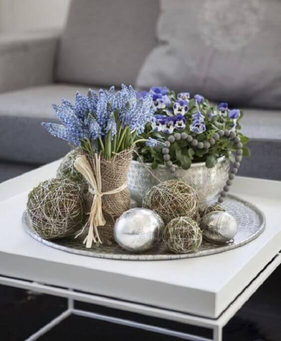 Centro de mesa azul com vaso prateado