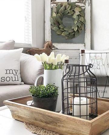 Centro de mesa com bandeja espelhada e vaso de flores