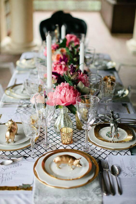 Centro de mesa com flores cor de rosa