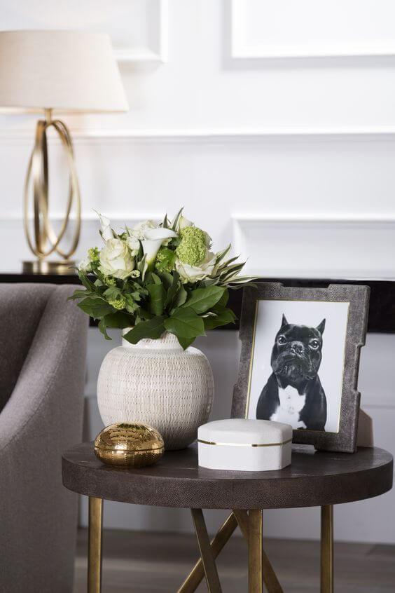 Centro de mesa com vaso de flores e quadro