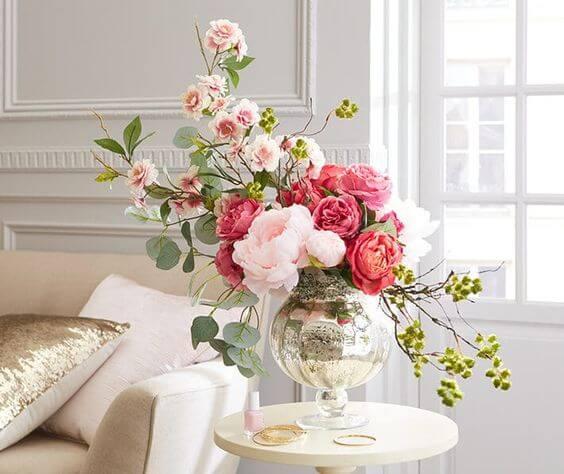 Centro de mesa com vaso de flores cor de rosa