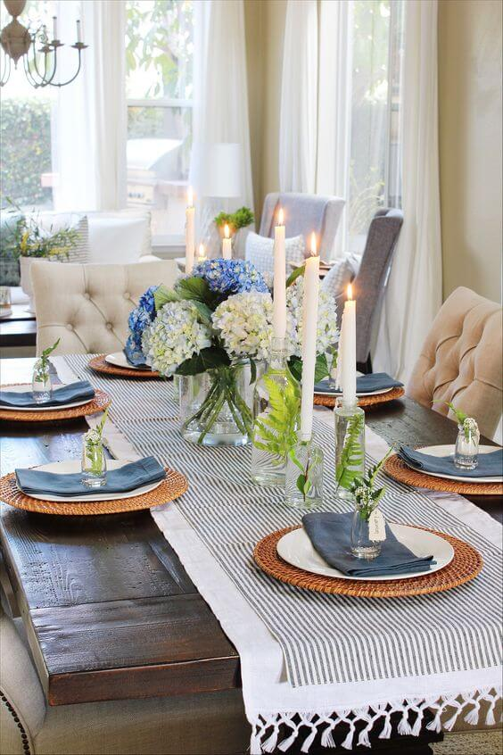 Centro de mesa de jantar azul com velas
