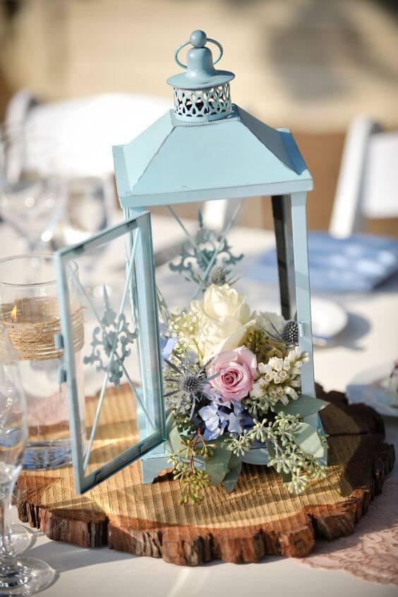 Centro de mesa de madeira com gaiola azul
