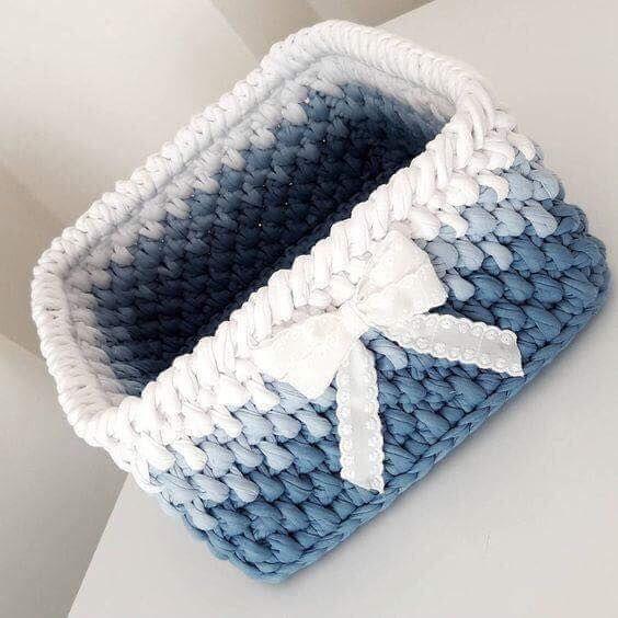 cesto de crochê - cesto retangular de crochê azul e branco