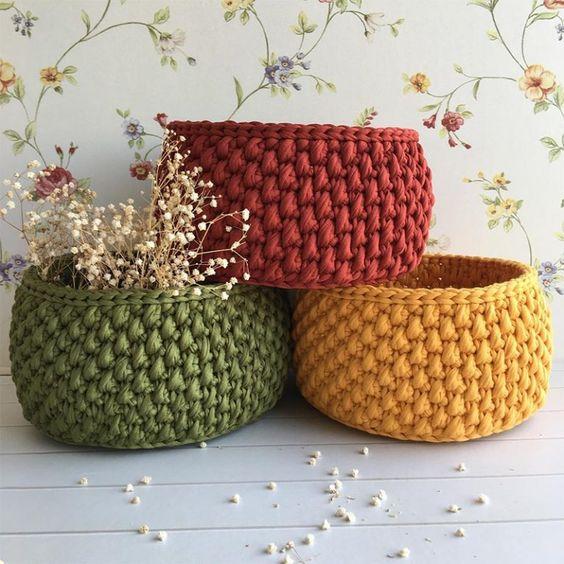 cesto de crochê - cestos coloridos usados como cachepot