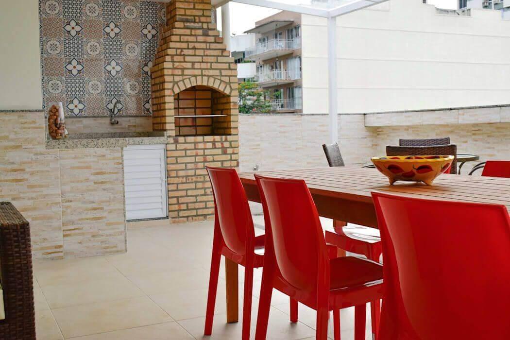 churrasqueira de tijolo - churrasqueira de tijolinho e cadeira acrílicas
