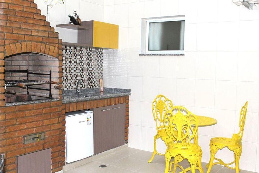churrasqueira de tijolo - churrasqueira e mesa com cadeiras amarelas