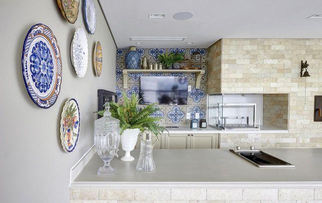 churrasqueira de tijolo - varanda gourmet com azulejos e churrasqueira