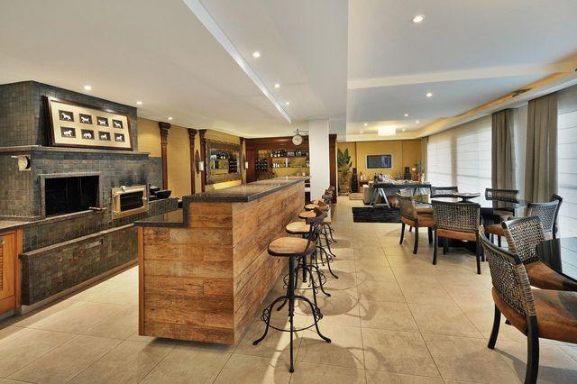 churrasqueira de tijolo - varanda gourmet com churrasqueira e forno à lenha