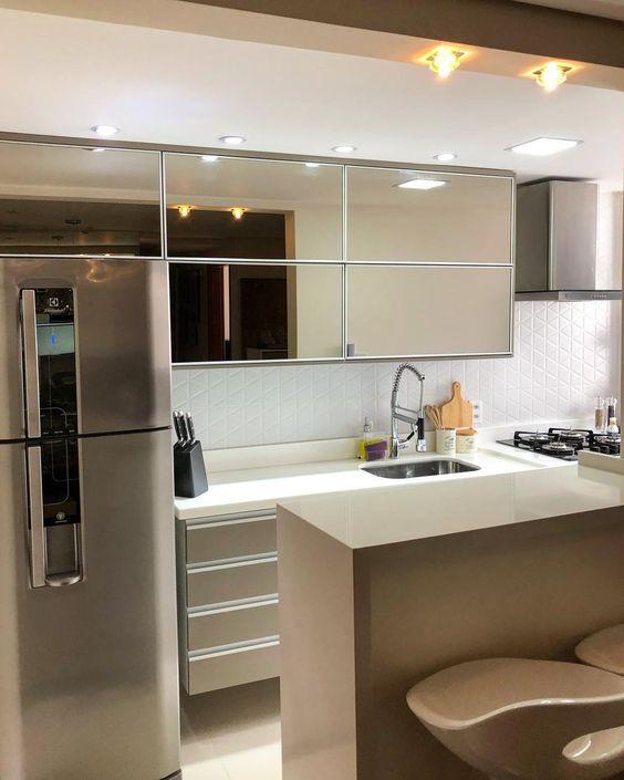 cor fendi - cozinha com móveis espelhados