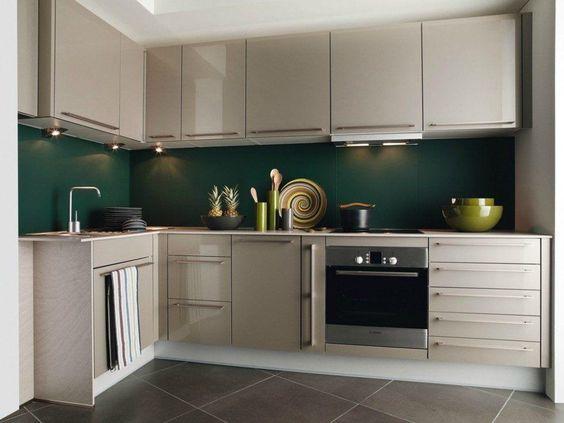 cor fendi - cozinha pequena com móveis fendi