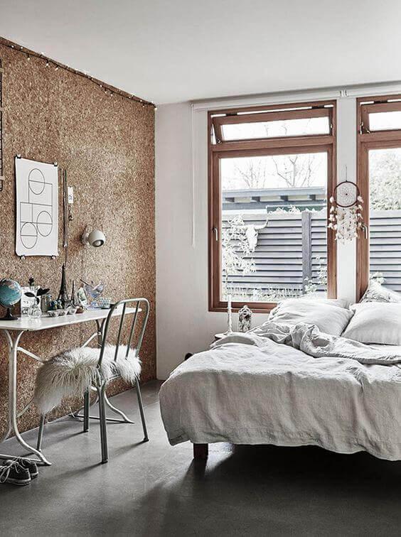 cortiça - quarto com parede de cortiça
