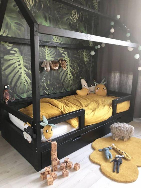 costela de adão - quarto infantil com parede de monstera