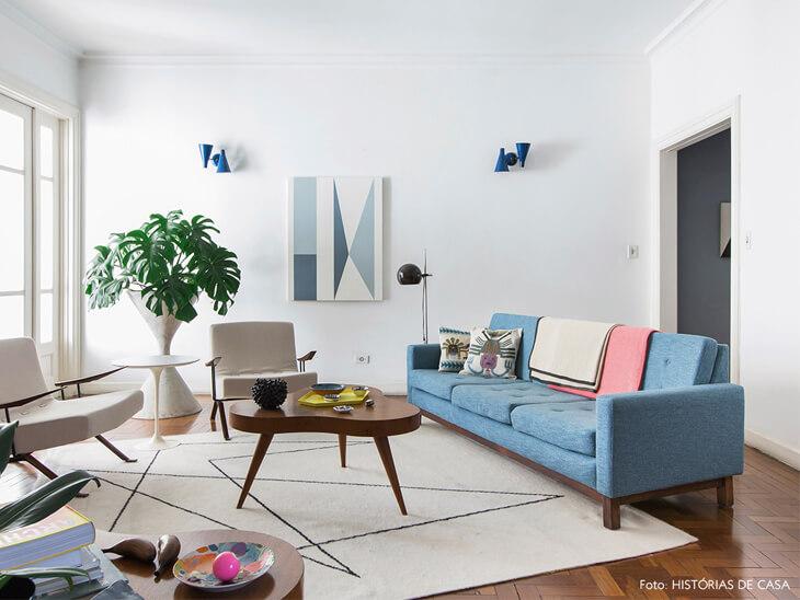 costela de adão - sala de estar com sofá azul e vaso de monstera