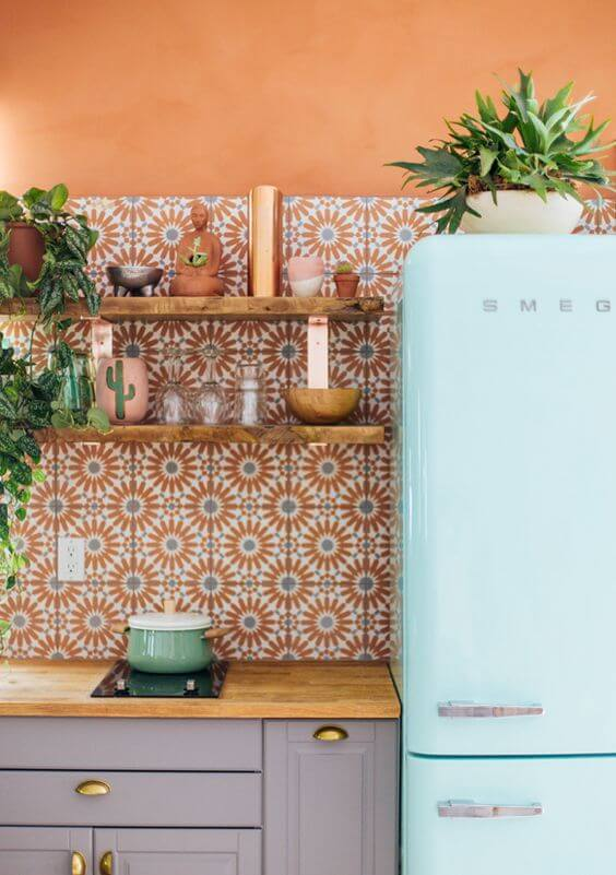 Cozinha colorida com geladeira retrô