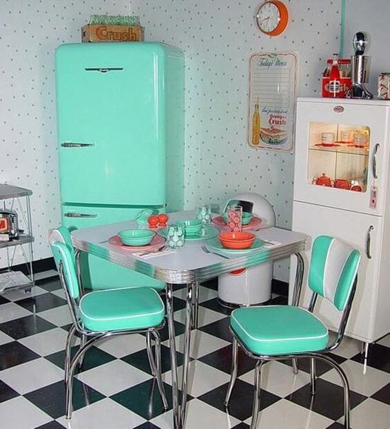 Cozinha preta e branca com geladeira retrô tiffany