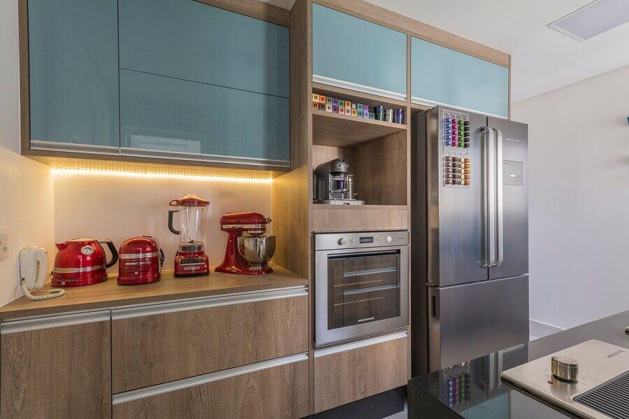 cozinha pequena com armário de madeira e turquesa e forno elétrico de embutir inox Foto Idealizzare Arquitetos