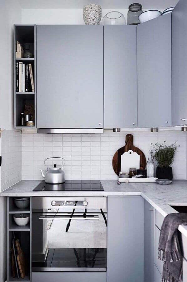 cozinha pequena com móveis planejados e forno elétrico de embutir inox Foto Pinterest