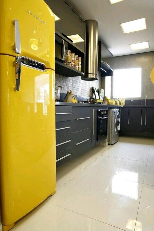 cozinha pequena decorada com geladeira amarela e máquina de lavar e secar inox Foto Webcomunica