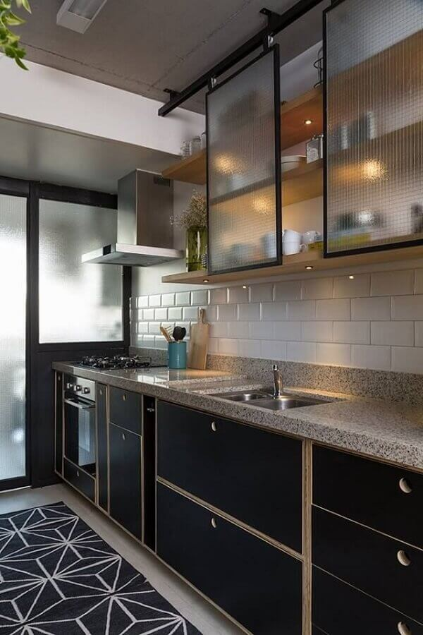 cozinha pequena decorada com metro white e gabinete de cozinha preto com pia Foto Arkpad