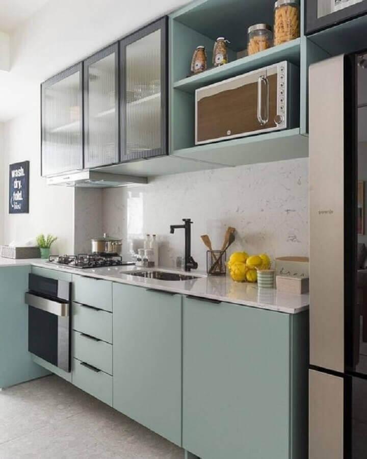 cozinha pequena decorada em cores claras com gabinete de cozinha com pia e cooktop planejado Foto Pinterest