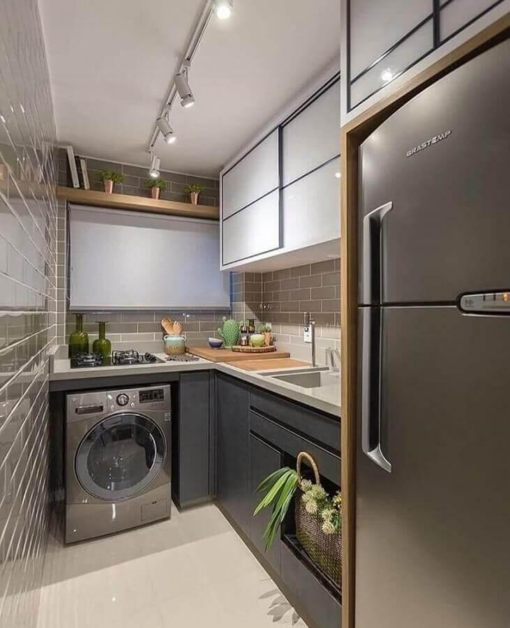 cozinha pequena integrada com área de serviço com máquina de lavar e secar inox Foto Zozu