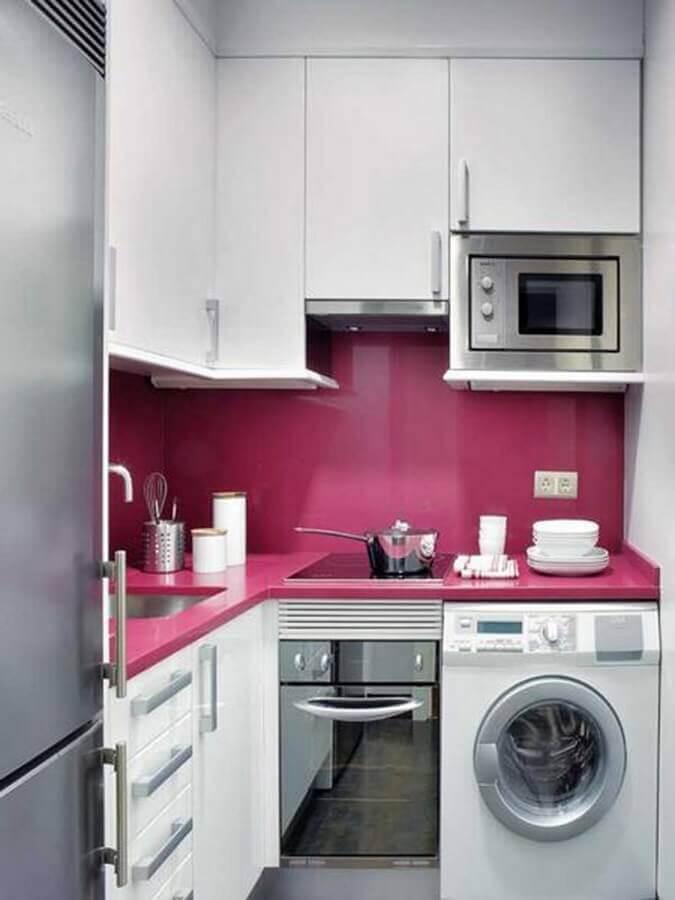 cozinha pequena planejada com armários brancos e máquina de lavar e secar roupas Foto Futurist Architecture