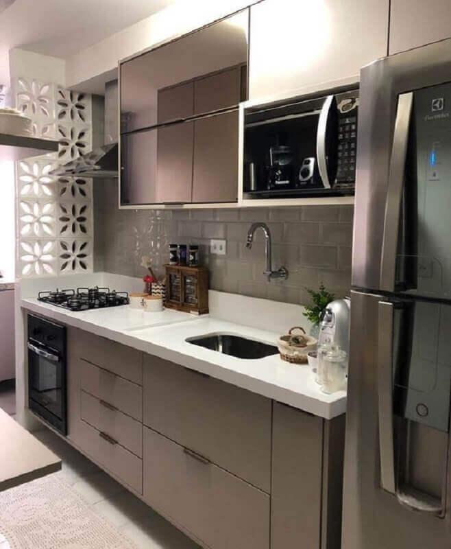 cozinha pequena planejada com forno elétrico de embutir pequeno Foto Revista VD
