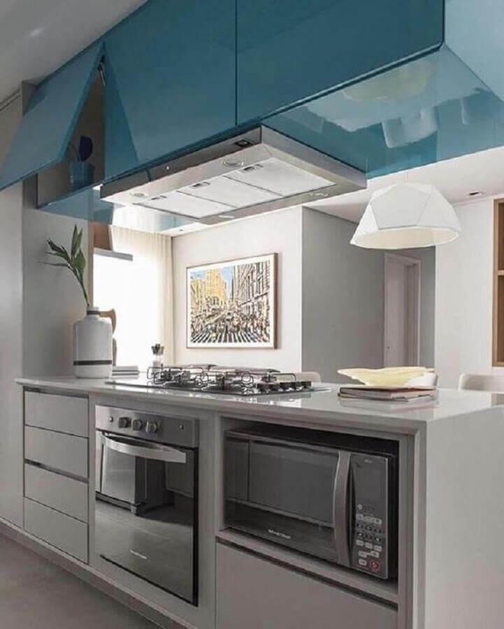 cozinha planejada com armário aéreo azul e forno elétrico embutir Foto Almoço de Sexta