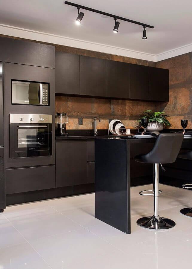cozinha planejada preta com forno elétrico embutir e revestimento em aço corten Foto Total Construção