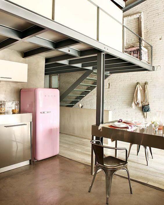 Cozinha retrô com geladeira retrô cor de rosa