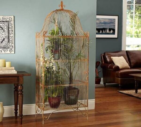 Gaiolas decorativas servem de prateleira para plantas