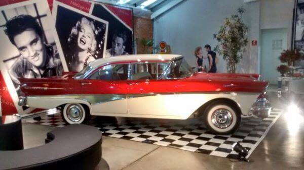 Decoração anos 60 com carro antigo