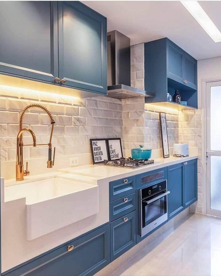 decoração azul e branco com gabinete de cozinha planejado com estilo clássico Foto Pinterest