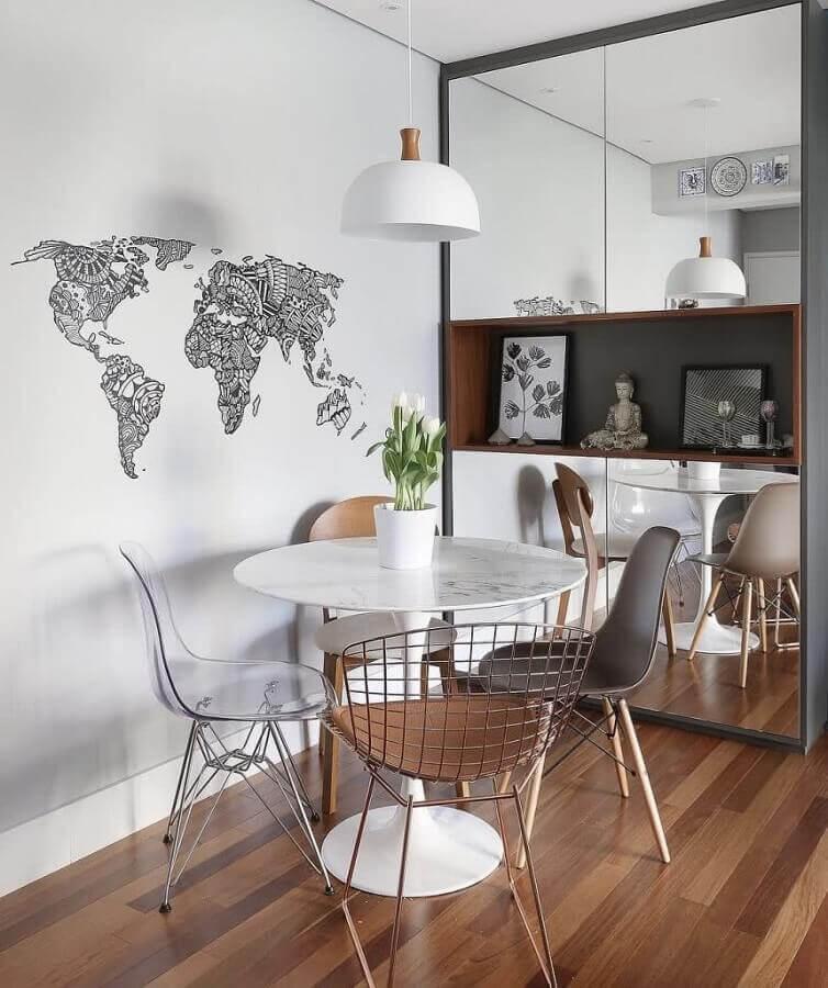 decoração clean com cadeiras diferentes para mesa para sala de jantar pequena Foto Pinterest