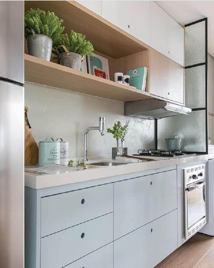 decoração clean com gabinete com pia de cozinha branca e azul pastel Foto Casa de Valentina