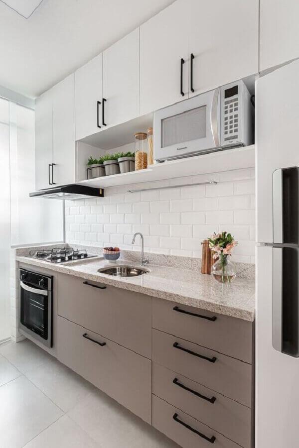 decoração clean com puxadores pretos para gabinete de cozinha com pia e cooktop Foto Casa de Valentina
