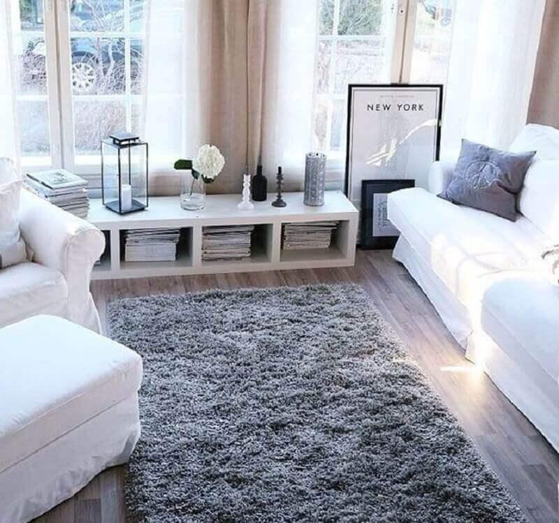 decoração clean com tapete felpudo cinza para sala com sofá branco Foto Zozu