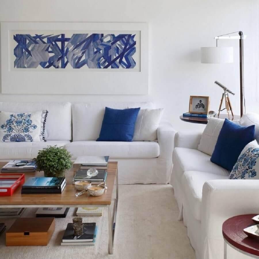 decoração clean para sala com sofá branco e almofadas azuis Foto Adriana Vale Patricia Carvalho