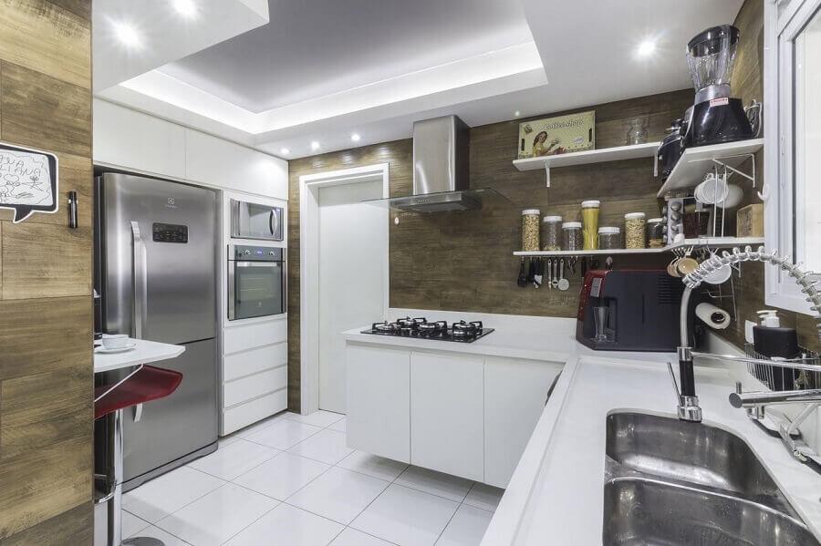 decoração com forno elétrico de embutir inox para cozinha branca planejada Foto André Freitas